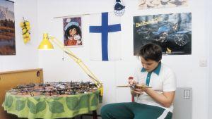 lapsi leikkii koottavalla lentokoneella huoneessaan.