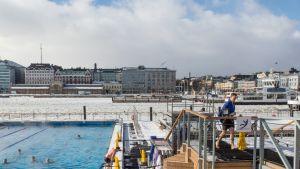 Pakkanen ei pidättele uimareita Katajanokan Helsinki Altaalla.