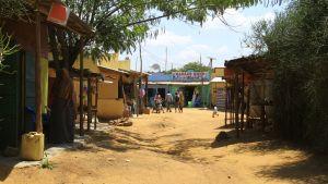 Ugandassa on pakolaisia paitsi Kongosta ja Etelä-Sudanista myös esimerkiksi Somaliasta ja Burundista. He yleensä asettuvat asumaan eri puolille pakolaisasutusalueita, tässä niin kutsuttu somalialaisten katu Nakivalen pakolaisasutusalueella Länsi-Ugandassa.