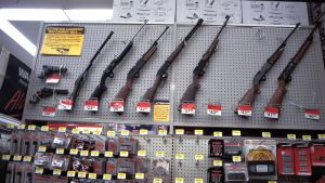Aseita Walmartin kaupassa.