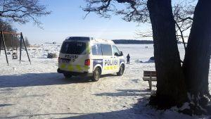 Poliisiauto lauttassaren rannassa.