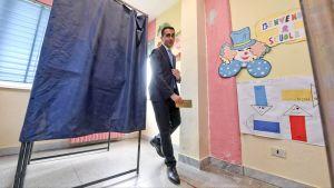 Luigi Di Maio poistuu äänestyskopista.