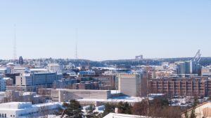 Lahden kaupungin talvinen silhuetti.
