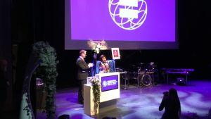 Mariam Moussa vastaanottamassa palkintoaan