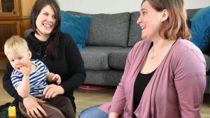 Johannes Kuusisto, Elina Ruusunen ja Johanna Taimi istuvat lattialla ja nauravat