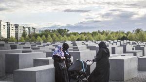 Musliminaisia Euroopan murhattujen juutalaisten muistomerkillä Berliinissä.