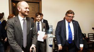 Sinisten puheenjohtaja, eurooppa-, kulttuuri- ja urheiluministeri Sampo Terho ja ulkoministeri Timo Soini sinisten eduskuntaryhmän kokouksessa.