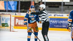 Henrik Haapala ihmettelee saamaansa jäähyä.