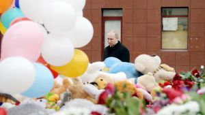 Vladimir Putin vierailee palopaikalla Kemerovossa.