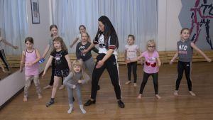 Lapset tanssivat flossia tanssivalmentaja Disa Kortelaisen kanssa