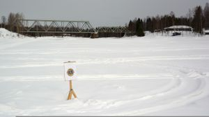 Jäidenlähdön ennustamiseen liittyvä kyltti Simojoen jäällä kevättalvella 2018.