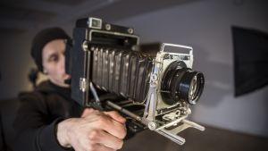 Porilainen valokuvaaja Tuomas Sinkkonen ottaa valokuvia 1800-luvun märkälevytekniikalla