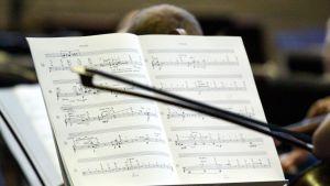 Nuotit, nuottiteline ja viulun jousi