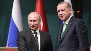 Vladimir Putin ja Recep Erdogan kättelevät.