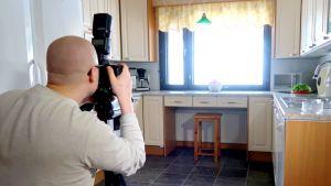 Valokuvaaja Visa Tulisalo ottaa kuvaa keittiöstä
