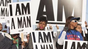 Ihmisiä marssimassa Martin Luther Kingin 50-vuotiskuolinpäivän juhlallisuukissa Memphisissä, Tennesseessä.