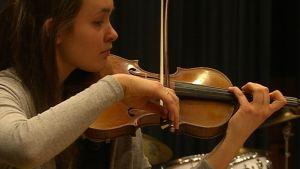 Lukiolainen Emma Dahl on soittanut viulua yhdeksän vuotta.