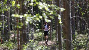 Polkujuoksija metsässä.