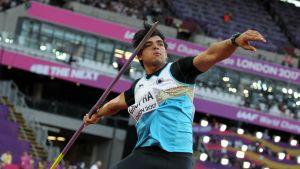 Neeraj Chopra heittää keihästä MM-areenalla.