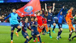PSG:n pelaajat juhlivat mestaruutta.