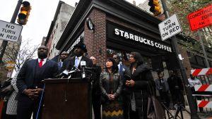 Lehdistötilaisuus Philadelphian keskustan Starbucks- kahvilan edessä.