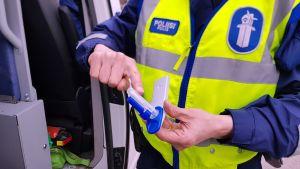 Poliisin käyttämä huumepikatesteri.