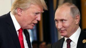 Yhdysvaltain presidentti Donald Trump (vas.) ja Venäjän presidentti Vladimir Putin