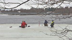 Pilkkijöitä Oulun Tukkisaaren rannassa huhtikuussa 2018.