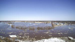 Kyrönjoen tulvia kuvattuna pelastuslaitoksen helikopterista Kolkin kylän paikkeilla Vähässäkyrössä Vaasassa torstaina 19. huhtikuuta.