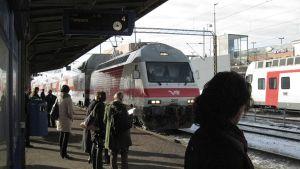 Junanodottajia Riihimäen asemalla.