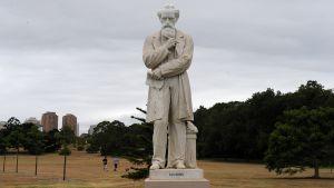Aidon kokoinen Charles Dickensin patsas Sydneyn Centennial Parkissa.