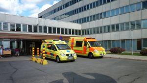 Ambulansseja Päijät-Hämeen keskussairaalan edessä.