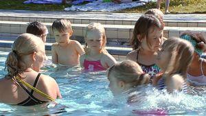 Lapsia uimakoulussa