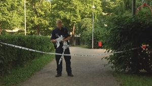 Poliisi eristi puiston nauhoilla.