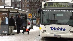 ihmisiä bussipysäkillä