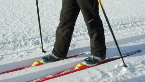 Lapsi hiihtää.