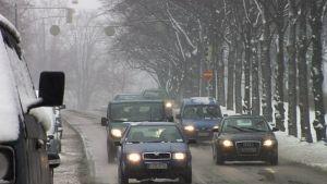 Liikenne lumisade.