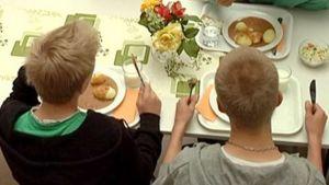 Koulupojat ruokailevat.