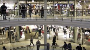 Ihmisiä parveilee Kampin kauppakeskuksessa