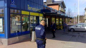 Poliisi marketin ovella