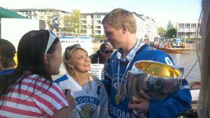 Mikko Koivu ja faneja.