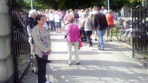 Kuvassa hautausmaakierroksen osanottajia Vaasassa.