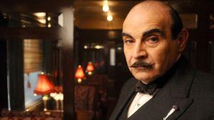 Hercule Poirot elokuvan lehdistökuvassa.