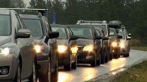 Venäläisiä henkilöautoja jonottaa Imatran raja-asemalla.
