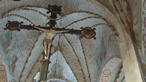 Jeesus ristillä veistos kirkossa.
