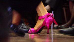 Tanssijoiden jalkoja.