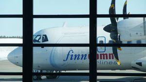 Kuvassa Finncommin lentokone Kruunupyyn terminaalista sisältä kuvattuna.