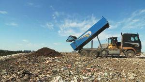 Kuorma-auto tuo multaa kaatopaikalle.