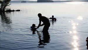 Uimareita järvessä