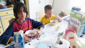 Marc Berlanga ja Marc Antigues aamiaispöydässä syömässä muroja